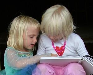 dzieci czytaja